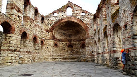 Weinig toerist die ruïnes van Nesebar, Bulgarije onderzoeken Stock Foto's
