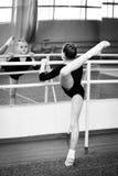 Weinig turner in de gymnastiek Stock Foto