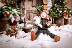 Weinig twee éénjarigenjongen gekleed in het jasje van het braunleer, broek en de laarzen met proefhoed bij het stellen van spelen Stock Foto's