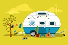 Weinig uitstekende kampeerauto royalty-vrije illustratie