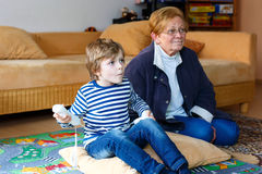 Weinig van de jong geitjejongen en grootmoeder het spelen videospelletje Royalty-vrije Stock Afbeelding