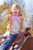 Weinig Veedrijfster die een paard berijden Stock Foto