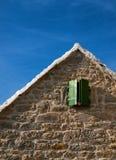Weinig venster groene blinden Stock Afbeeldingen