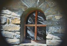weinig venster op een steenvoorgevel van een alpien chalet stock afbeelding