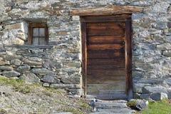 Weinig venster van een oud alpien chalet stock fotografie