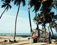 Weinig Vietnamees huis op zeekust onder palmen en zand royalty-vrije stock afbeeldingen