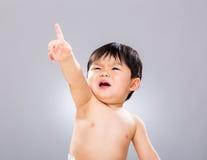 Weinig vinger van de babyjongen omhoog royalty-vrije stock foto