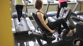 Weinig vrouwen zijn bezig geweest met geschiktheid op cardiovasculair om fysieke geschiktheid te handhaven stock videobeelden