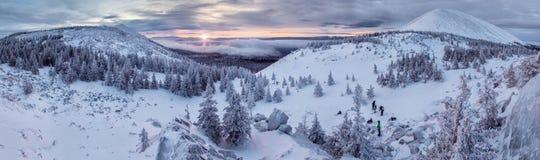 Weinig wandelaars die zonsopgang in de winterbergen ontmoeten, Zuiden Ural Stock Afbeeldingen