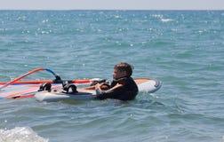 Weinig windsurfer royalty-vrije stock afbeelding