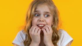 Weinig zenuwachtig meisje is bang van grote stadium en prestaties in publiek, close-up stock videobeelden