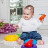 Weinig zuigeling is een piramide van speelgoed Het concept kinderjaren dev stock foto's