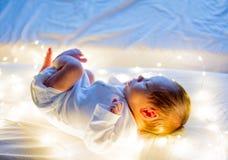 Weinig zuigeling op wit bed stock afbeelding