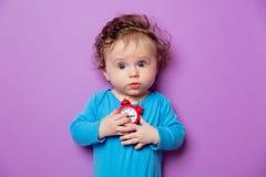 Weinig zuigelingsbaby met wekker stock foto's