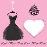 Weinig zwarte kleding met etiket en kroonluchter Stock Foto's