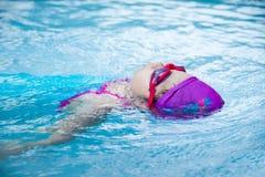 Weinig zwemt in de pool royalty-vrije stock afbeelding