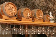 Weinkeller mit Bottich und Weingläsern Stockfotografie