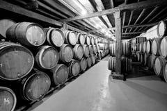 Weinkeller mit Fässern Stockbilder