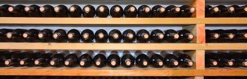 Weinkeller mit Flaschen auf hölzernen Regalen Stockfoto