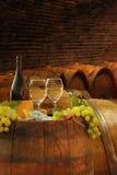 Weinkeller mit Gläsern Weißwein lizenzfreie stockfotos