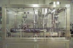 Weinkellerei-Abfüllmaschines-mit einer Kappe bedeckende Maschine Stockfoto