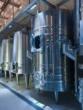 Weinkellerei mit stell Fässern Stockbilder