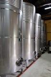 Weinkellerei- und Stahlfässer Stockfotos
