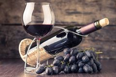 Weinkellereihintergrund Weinglas mit Flasche Rotwein Stockfoto