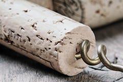 Weinkorken auf hölzerner Tabelle stockbilder