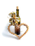 Weinkorken in Form des Herzens und einer Flasche Weins Lizenzfreie Stockfotografie