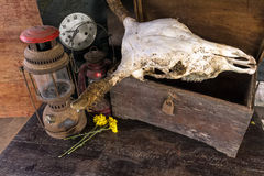 Weinleseöllampe, alte Holzkiste, trockene Chrysanthemenblume Lizenzfreies Stockbild