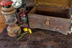 Weinleseöllampe, alte Holzkiste, trockene Chrysanthemenblume Lizenzfreies Stockfoto
