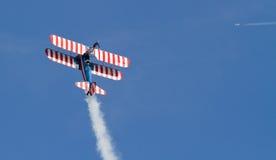 Weinlese-Aerobatic Doppeldecker mit Wing Walker Stockfoto