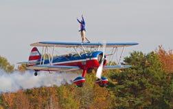 Weinlese-Aerobatic Doppeldecker mit Wing Walker Stockfotos
