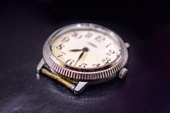 Weinlese-alte Armbanduhr auf einem einheitlichen dunklen Hintergrund Stockfoto