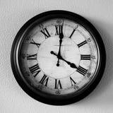 Weinlese-alte Uhr, die an der Wand für Zeit hängt Stockfotografie