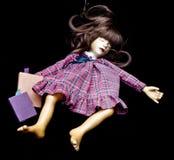 Weinlese-antike alte Puppe schlafend mit Geschichten-Büchern Lizenzfreies Stockbild