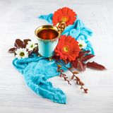Weinlese, antike Tasse Tee verziert mit Blumen auf weißem Hintergrund stockfotos