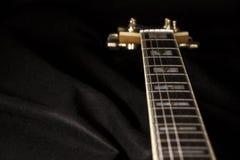 Weinlese archtop Gitarre in der hohen Winkelsicht der natürlichen Ahornnahaufnahme über schwarzen Hintergrund, Rosenholz Fingerbo stockfotos