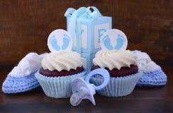 Weinlese-Art-Babyparty-kleiner Kuchen und Geschenkbox Stockbilder
