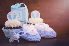 Weinlese-Art-Babyparty-kleiner Kuchen und Geschenkbox Stockfoto