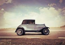 Weinlese-Auto auf einer Straße Stockbilder