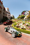 Weinlese-Auto in der Lombard-Straße in San Francisco Lizenzfreie Stockfotografie
