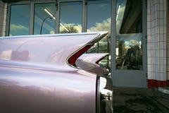 Weinlese-Auto in einer Garage lizenzfreies stockbild