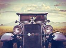 Weinlese-Auto in einer sonnigen Wüste Stockfoto