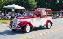 Weinlese-Auto im Viertel von Juli-Parade Stockbild