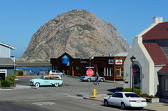 Weinlese-Auto an Morro-Felsen, Morro-Bucht, Kalifornien, USA Stockfoto