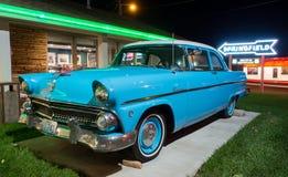 Weinlese-Auto, Neonlichter lizenzfreie stockbilder