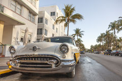 Weinlese-Auto am Ozean-Antrieb, Miami stockfotos