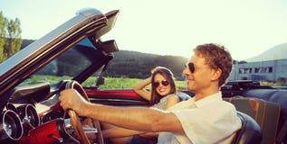 Weinlese-Auto-Paare Lizenzfreie Stockfotos